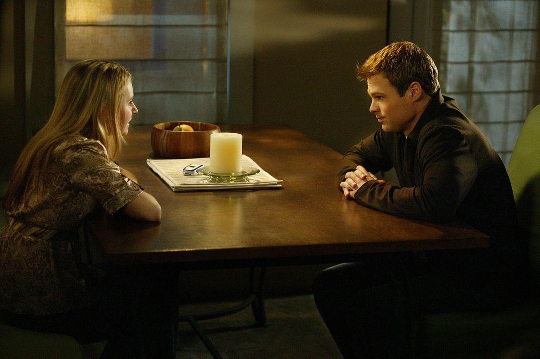 Machen sich Gedanken über den nächsten Schritt in ihrer Beziehung: Kevin (George Stults, r.) und Lucy (Beverley Mitchell, l.) - Bildquelle: The WB Television Network