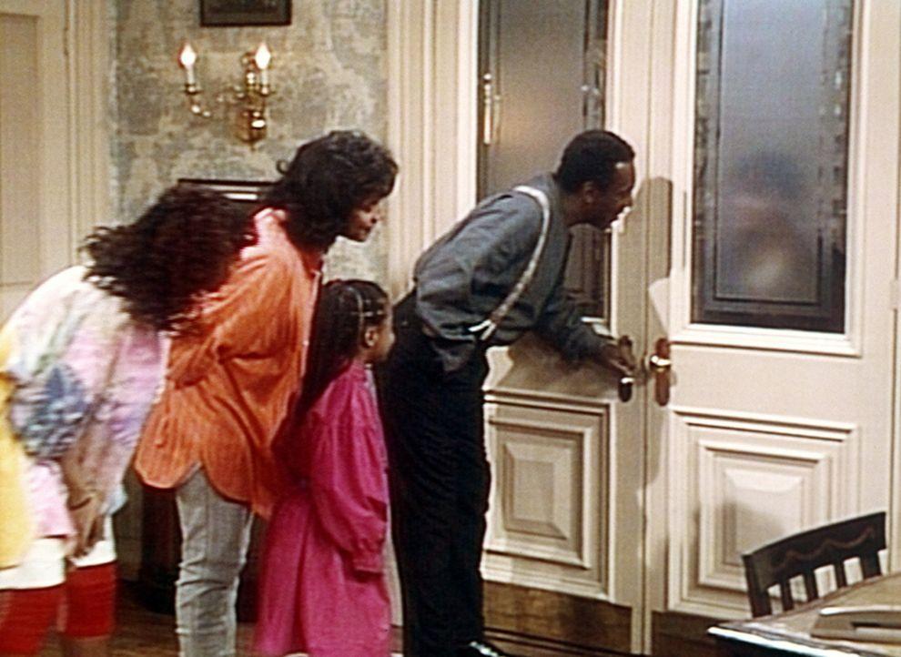 Cliff (Bill Cosby, r.), Rudy (Keshia Knight Pulliam, 2.v.r.), Clair (Phylicia Rashad) und Vanessa (Tempsett Bledsoe, l.) sind in heller Aufregung, w... - Bildquelle: Viacom