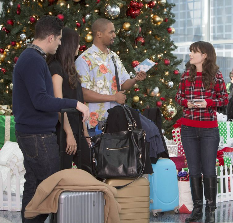 Weihnachten am Flughafen: Schmidt (Max Greenfield, l.), Cece (Hannah Simone, 2.v.l.), Coach (Damon Wayans Jr., 2.v.r.) und Jess (Zooey Deschanel, r.... - Bildquelle: 2014 Twentieth Century Fox Film Corporation. All rights reserved.