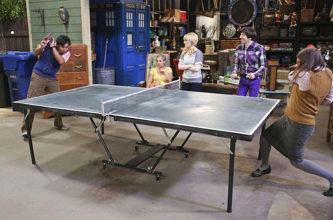Leonard und Sheldon werden eingeladen, einen Vortrag an der UC Berkeley zu halten, während sich ein Garagenverkauf bei Bernadette (Melissa Rauch, M.... - Bildquelle: Warner Bros. Television