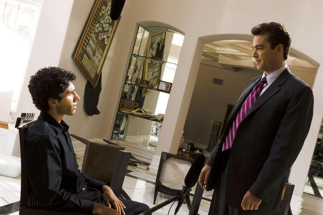 Weiß Faraz (Iman Nazemzadeh, l.) mehr über den Mord an seinem Vater, als er vor FBI Agent Fritz Howard (Jon Tenney, r.) zugeben möchte? - Bildquelle: Warner Brothers