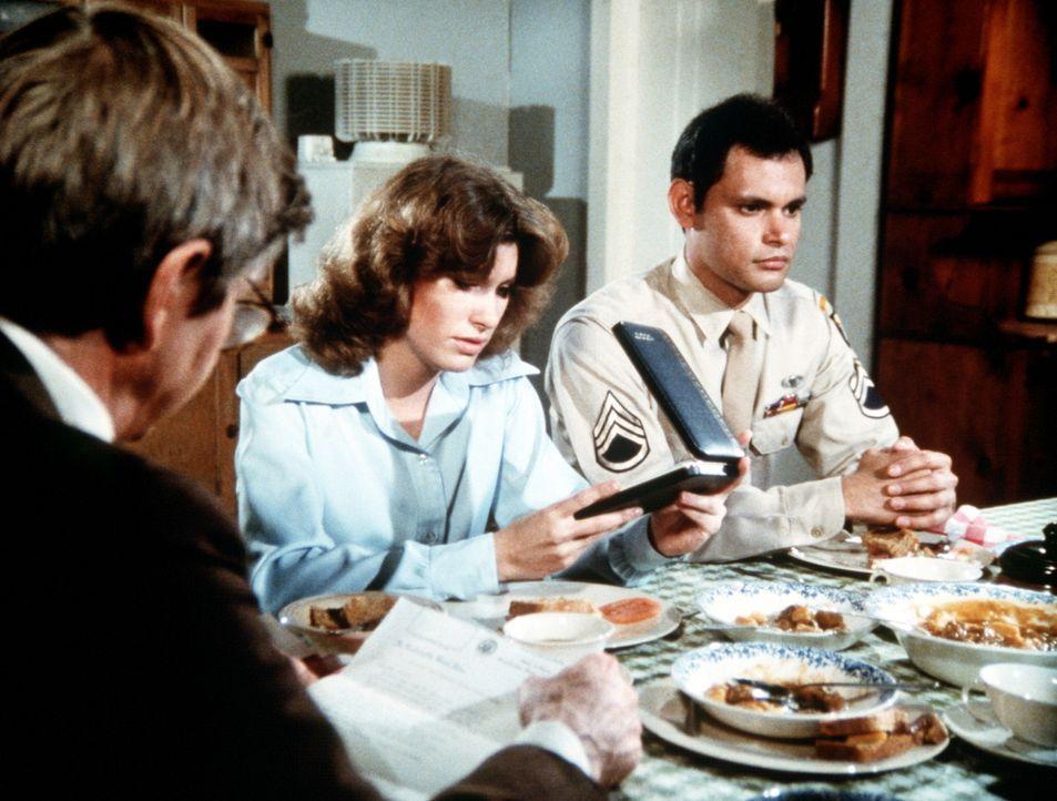 Mary Ellen (Judy Taylor, M.) erhält Besuch von Eddie Ramirez (Enrique Castillo, r.), einem Kriegskameraden ihres gefallenen Mannes Curtis. - Bildquelle: Worldvision Enterprises, Inc.