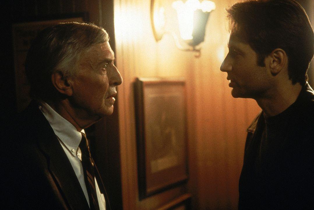 Dr. Alvin Kurtzweil (Martin Landau, l.) teilt Special Agent Fox Mulder (David Duchovny, r.) mit, dass die Personen die sich in dem gesprengten Gebä... - Bildquelle: Twentieth Century-Fox Film Corporation