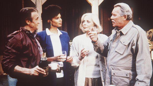 (v.r.n.l.) Geheimdienst-Gründer Harry Thornton (Howard Duff) gelingt es, sein...