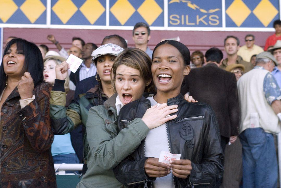 Alice (Leisha Hailey, l.) und Tasha (Rose Rollins, r.) haben Spaß beim Pferderennen - doch Tasha will sich in der Öffentlichkeit eigentlich nicht... - Bildquelle: Metro-Goldwyn-Mayer Studios Inc. All Rights Reserved.