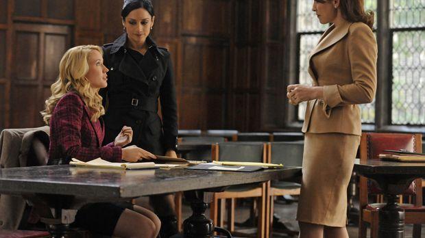 Kalinda (Archie Panjabi, M.) bietet Alicia (Julianna Margulies, r.) und Caitl...