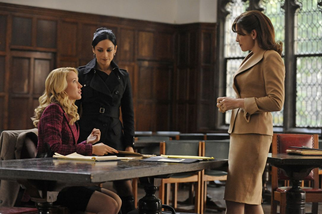 Kalinda (Archie Panjabi, M.) bietet Alicia (Julianna Margulies, r.) und Caitlin (Anna Camp, l.) ihre Hilfe im aktuellen Fall an ... - Bildquelle: Jeffrey Neira 2011 CBS Broadcasting Inc. All Rights Reserved.