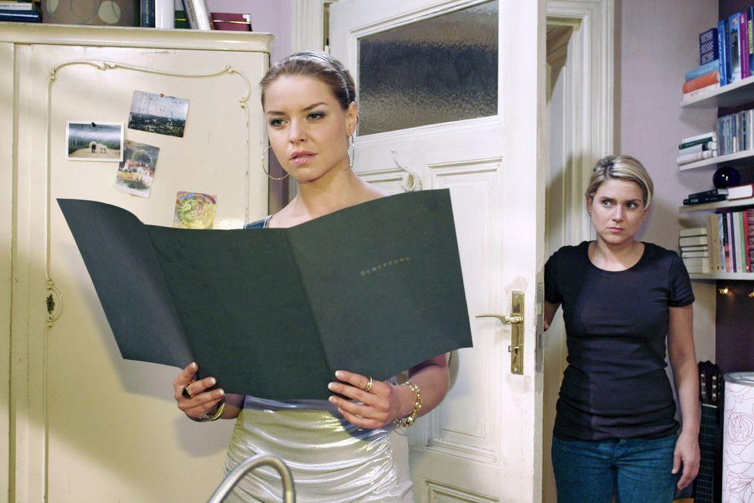 Anna (Jeanette Biedermann, r.) ist aufgebracht, als sie Katja (Karolina Lodyga, l.) dabei erwischt, wie diese in ihren Sachen wühlt. - Bildquelle: Noreen Flynn Sat.1