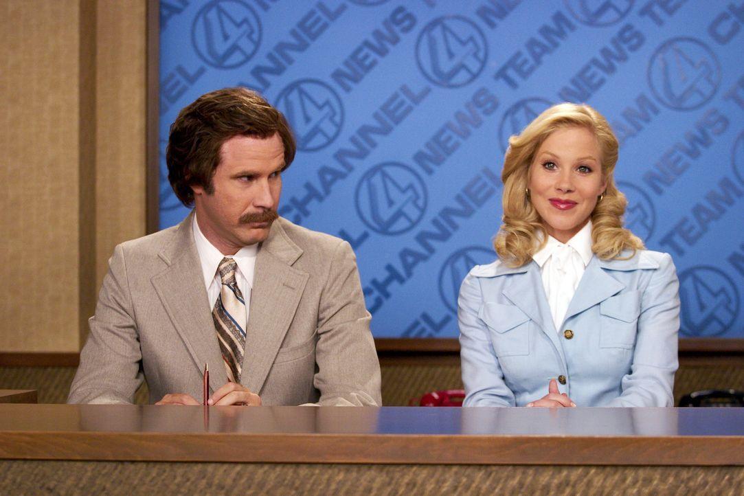 Als Journalistin Veronica (Christina Applegate, r.) hinter das Nachrichtendesk von Anchorman Ron Burgundy (Will Ferrell, l.) tritt, ist es mehr als... - Bildquelle: Michaels Darren DreamWorks