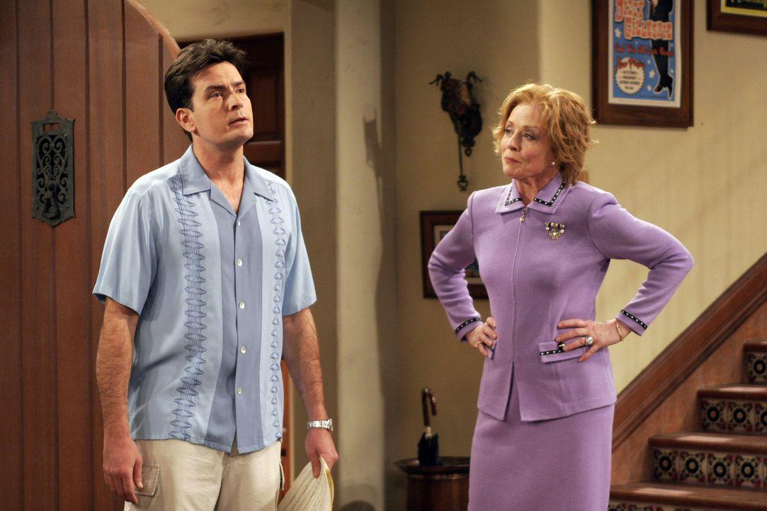 Charlie (Charlie Sheen, l.) hält es nicht mehr aus, denn seine Mutter Evelyn (Holland Taylor, r.) geht ihm total auf die Nerven ... - Bildquelle: Warner Brothers Entertainment Inc.