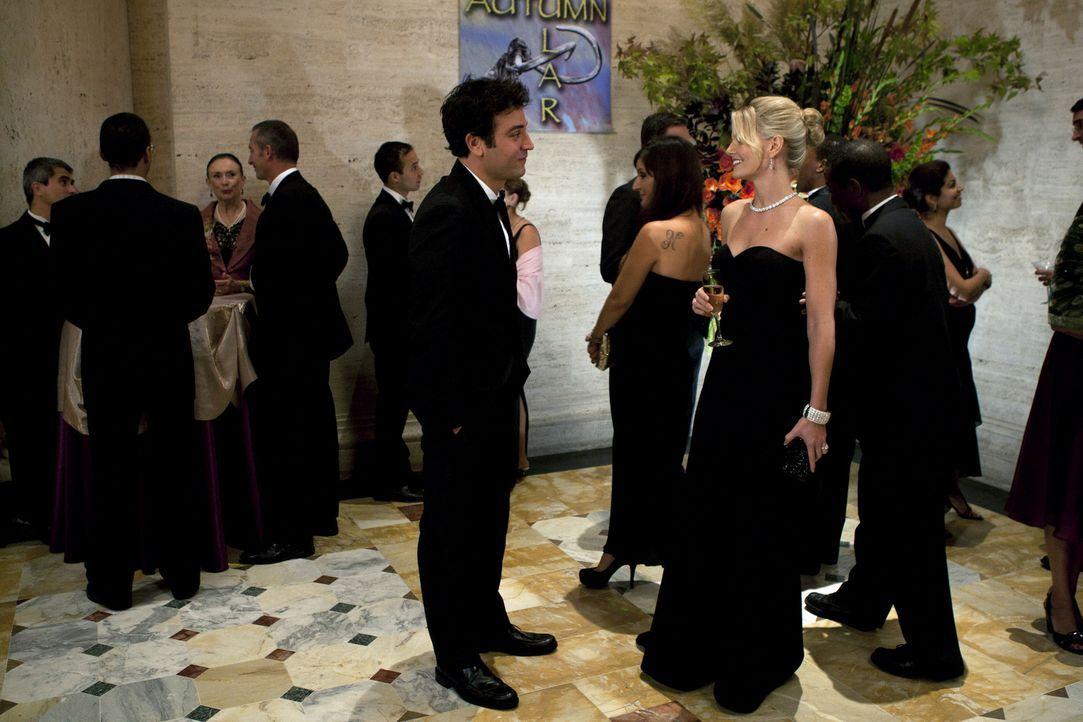 Ted (Josh Radnor, l.) und die anderen besuchen eine Spendenaktion im Naturkundemuseum. Dabei trifft Ted Zoey (Jennifer Morrison, r.) wieder und lern... - Bildquelle: 20th Century Fox International Television