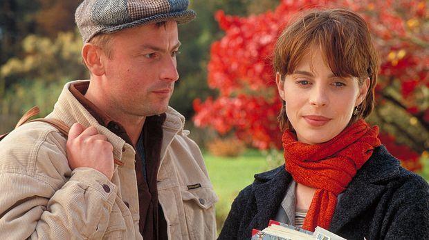 Als Valerie (Julia Jäger, r.) Blumen von einem Ex - inklusive Heiratsantrag -...