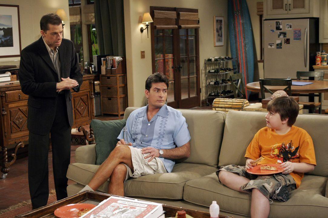 Alan (Jon Cryer, l.) bittet Charlie (Charlie Sheen, M.) auf Jake (Angus T. Jones, r.) aufzupassen, während er bei einem Doppeldate mit seiner Mutte... - Bildquelle: Warner Brothers Entertainment Inc.