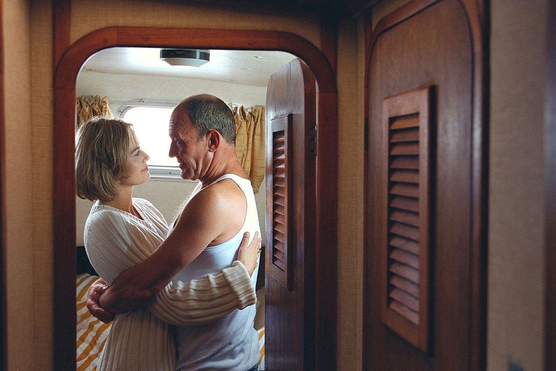 Claire (Gesine Cukrowski, l.) fühlt sich zu dem freundlichen Björn (Michael Mendl, r.) hingezogen. Schon bald schenkt sie ihm ihr Vertrauen ... - Bildquelle: ProSieben / Wilkins und Klick