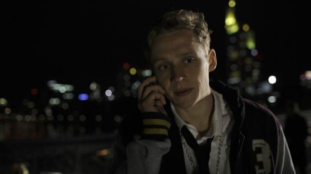 Alex (Matthias Schweighöfer) wird unerwartet von seiner Freundin aus der geme...