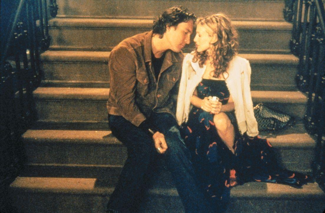 Zwischen den beiden gibt es einen immerwährenden Streitpunkt: Carrie (Sarah Jessica Parker, r.) raucht, und das kann Aidan (John Corbett, l.) nicht... - Bildquelle: Paramount Pictures