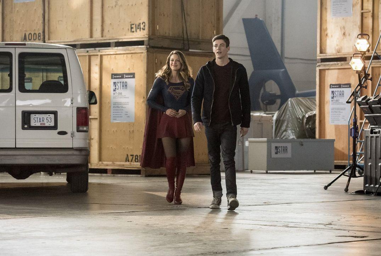 Während Kara alias Supergirl (Melissa Benoist, l.) ihr Bestes gibt, um die Aliens zu besiegen, erhält Barry (Grant Gustin, r.) eine erschreckende Na... - Bildquelle: 2016 Warner Bros.