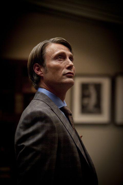 Ist Dr. Hannibal Lecter (Mads Mikkelsen) wirklich am Seelenheil von Will Graham interessiert? - Bildquelle: 2012 NBC Universal Media, LLC