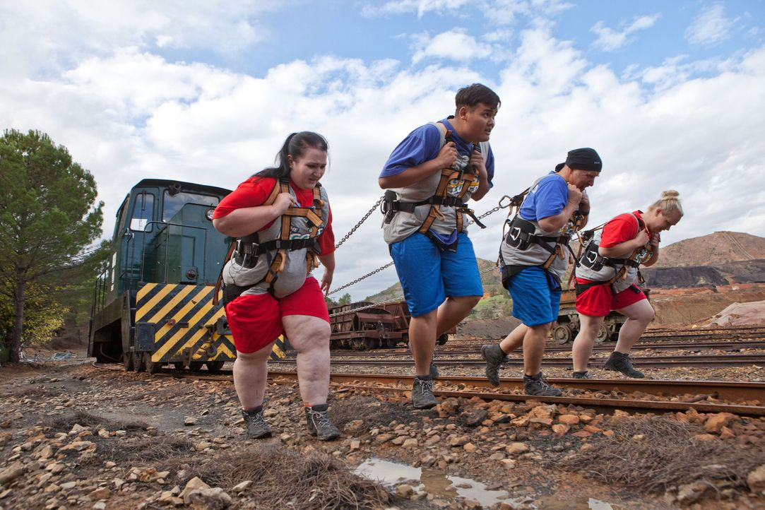 (v.l.n.r.) Henrike, Patrick, Bernhard und Martina müssen eine Lokomotive lange 200 Meter allein mit Muskelkraft ziehen. Eine schweißtreibende Angele... - Bildquelle: Enrique Cano SAT.1