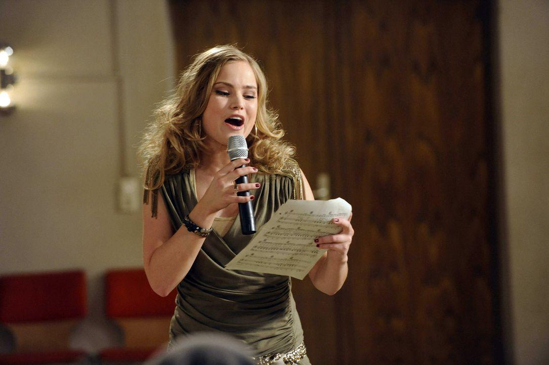 Die STAG durchschaut Caros (Sonja Bertram) plötzliches Interesse, als sie von der Einladung zum Produzenten Peters erfährt ... - Bildquelle: SAT.1
