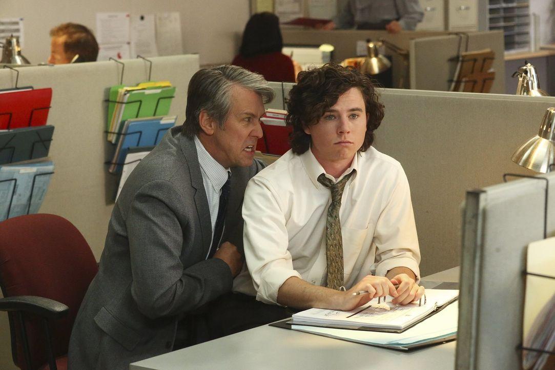Jack Kershaw (Alan Ruck, l.); Axl (Charlie McDermott, r.) - Bildquelle: Warner Brothers