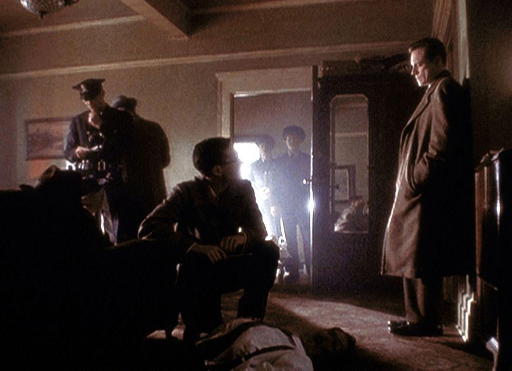 Agent Dales (Frederic Lane, r.) wird von Staatsanwalt Roy Cohn (David Moreland, M.) angewiesen, die Leiche seines ermordeten Partners in eine Vetera... - Bildquelle: TM +   2000 Twentieth Century Fox Film Corporation. All Rights Reserved.