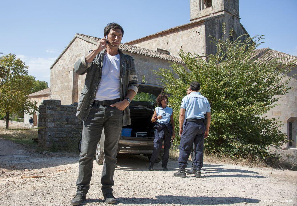 In der Ruine einer Burg findet eine Gruppe Touristen eine Szene aus einem Horrorfilm vor. Doch eine der Gehängten ist keine Puppe. Lucas (Franck Sém... - Bildquelle: Jean Louis PARIS