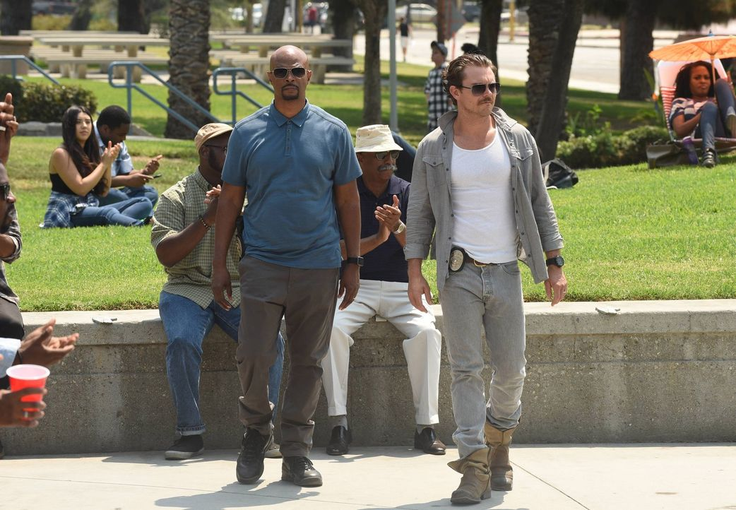 Ein neuer Fall führt Riggs (Clayne Crawford, r.) und Murtaugh (Damon Wayans, l.) in Murtaughs alte Nachbarschaft ... - Bildquelle: 2016 Warner Brothers