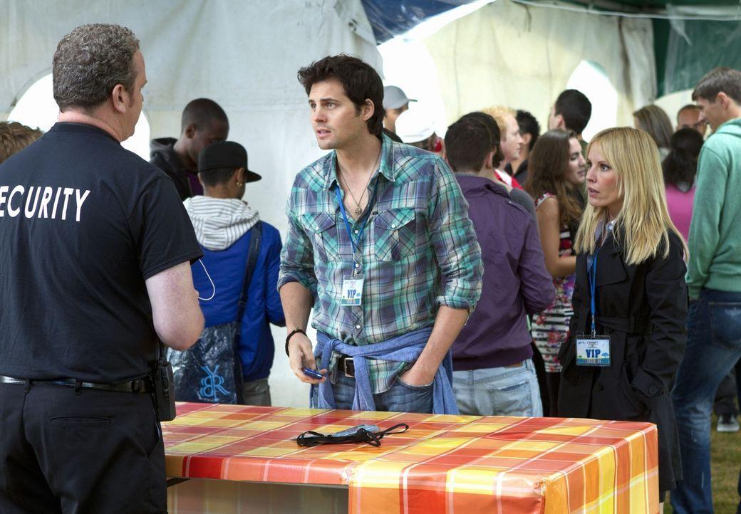 Baze (Kristoffer Polaha, M.) und seine Chefin Emma (Emma Caulfield, r.) werden trotz ihrer VIP-Karten von einem Mitarbeiter der Sicherheitsfirma (Ke... - Bildquelle: The CW   2010 The CW Network, LLC. All Rights Reserved