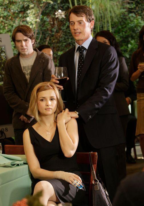 Grace Adams (Rachael Leigh Cook, vorne) und Ryan Keller (Jason London, r.) trauern um ihren verstorbenen Freund Lucas (Christian Campbell, l.), der... - Bildquelle: ABC Studios