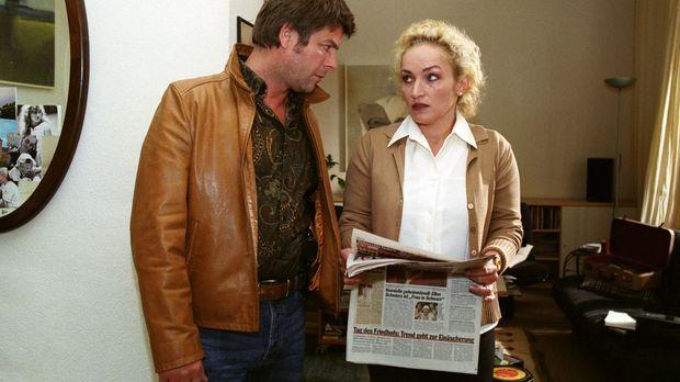 Frau Losner (Angelika Bartsch, r.) erzählt Jupp (Uwe Fellensiek, l.), dass Ha...