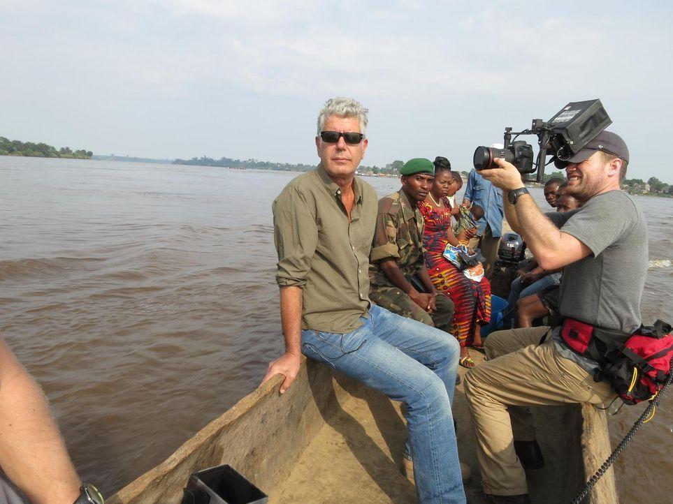 Anthony Bourdain (l.) reist in den Kongo. Das Land, das einst durch seine Industrialisierung eine herausragende Rolle in Afrika spielte, droht im Ch... - Bildquelle: 2013 Cable News Network, Inc. A TimeWarner Company. All rights reserved.