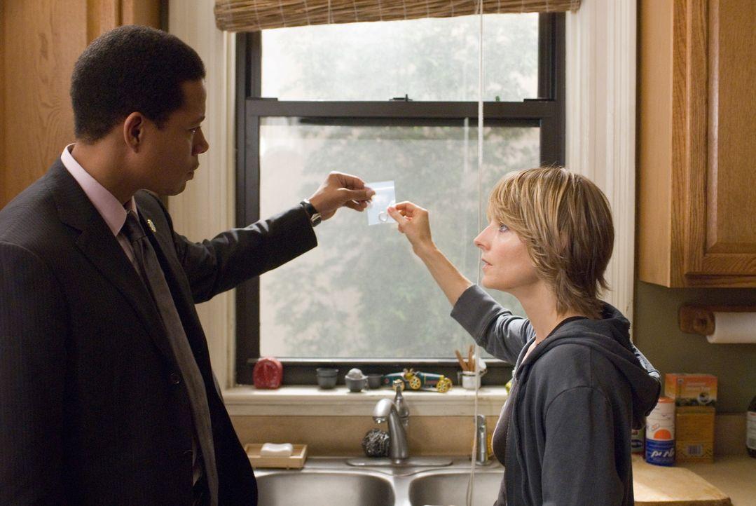 Als die Ermittlungen der Polizei (Terence Howard, l.) nicht den gewünschten Erfolg haben, besorgt sich Erica (Jodie Foster, r.)  eine Waffe. Da ger... - Bildquelle: Warner Bros.
