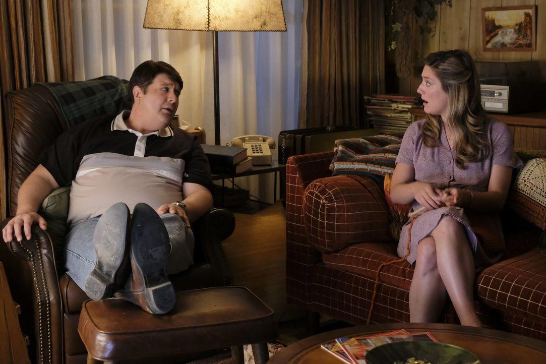 Als sie erkennt, dass ihr Sohn ein Spiel spielt, in dem auch der Teufel vorkommt, hofft Mary (Zoe Perry, r.) auf Georges (Lance Barber, l.) Unterstü... - Bildquelle: Warner Bros.