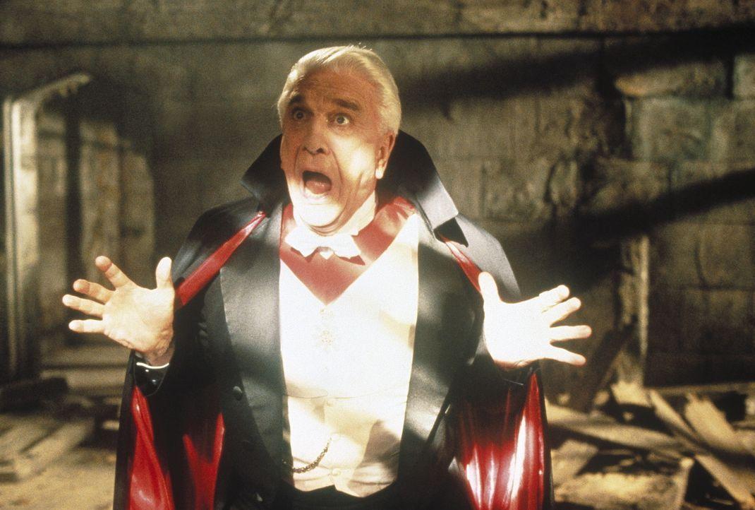 Ein schreckhafter Vampir? Dracula (Leslie Nielsen) ist eine Schande für seine Zunft ... - Bildquelle: CASTLE ROCK ENTERTAINMENT