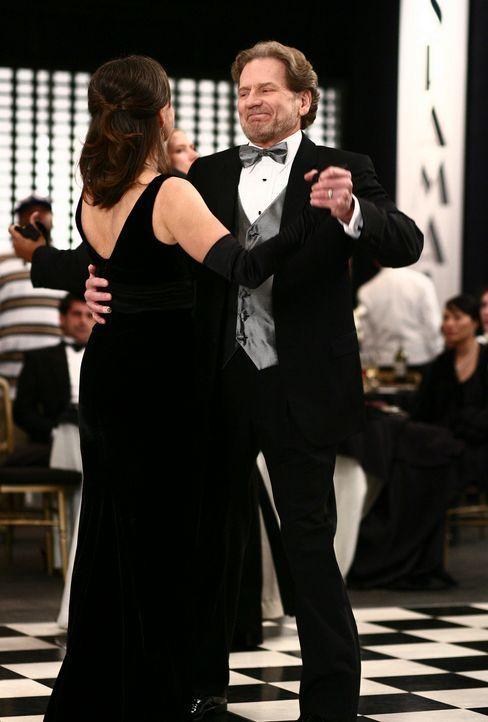 Im Beisein von seiner Frau macht Harry Packard (Robert Foxworth, r.) Nora (Sally Field, l.) eindeutigen Avancen ... - Bildquelle: Disney - ABC International Television
