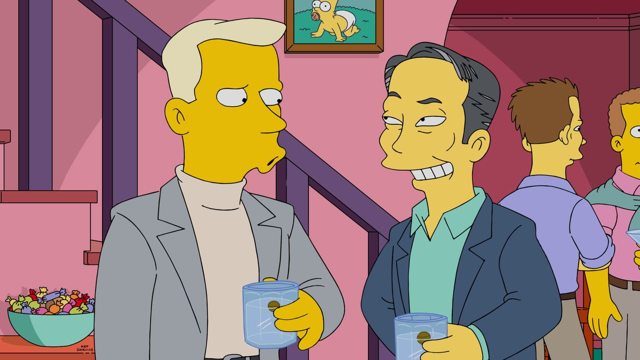 Homer veranstaltet eine Party, um für Smithers einen Freund zu finden. Doch werden George Takei (r.) oder Tom Collins (l.) Gefallen an ihm finden? - Bildquelle: 2015 Fox and its related entities.  All rights reserved.