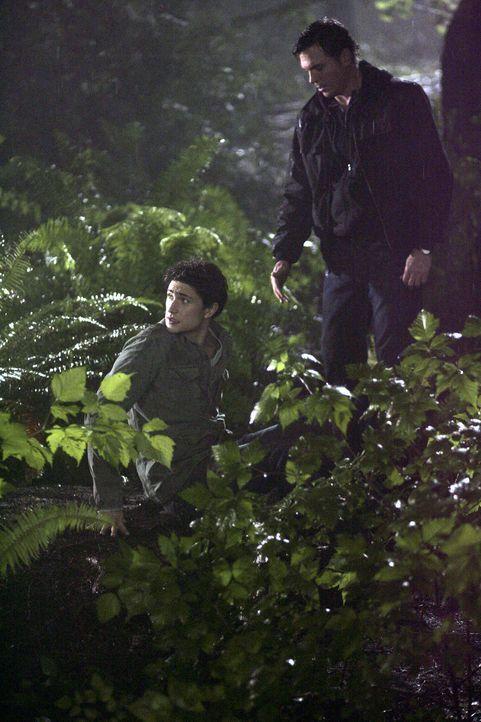 Kyle (Matt Dallas, l.) wird von Tom Foss (Nicholas Lea, r.) entführt und in den Wald geschleppt ... - Bildquelle: TOUCHSTONE TELEVISION