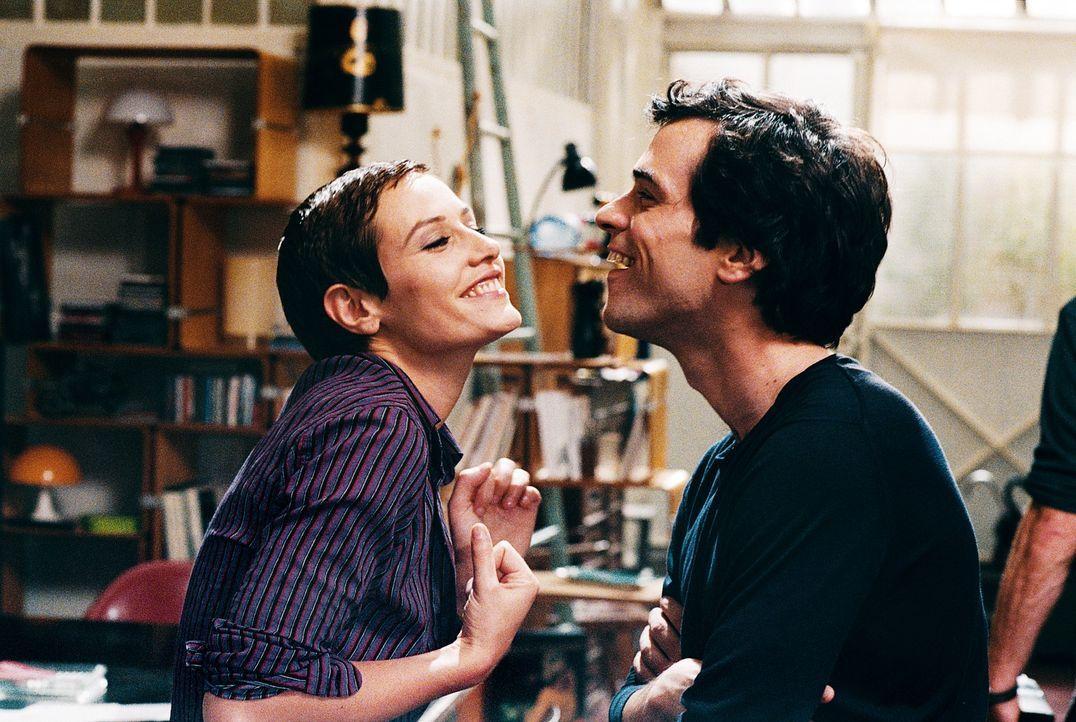 Seine lesbische Mitbewohnerin Isabelle (Cécile De France, l.) wirft ihm vor, ein Träumer mit zu hohen Erwartungen zu sein: Xavier (Romain Duris, r... - Bildquelle: Tobis Film