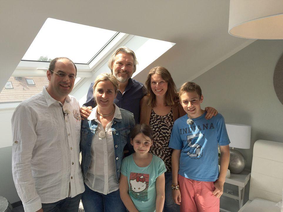 Kann Innenarchitektin Sasha (2.v.l.) das Haus der Familie Grötsch so optimieren, dass alle Familienmitglieder darin glücklich werden können? Oder fi... - Bildquelle: kabel eins