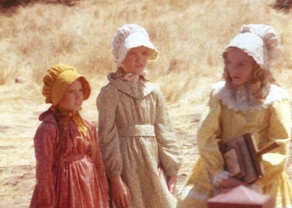 Nellie Oleson (Alison Arngrim, r.) straft Mary (Melissa Sue Anderson, M.) und Laura (Melissa Gilbert, l.) mit verächtlichen Blicken. - Bildquelle: Worldvision