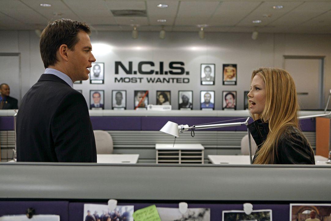 Ermitteln in einem neuen Fall: Tony (Michael Weatherly, l.) und NCIS Special Agent Erica Jane (Sarah Jane Morris, r.) ... - Bildquelle: CBS Television