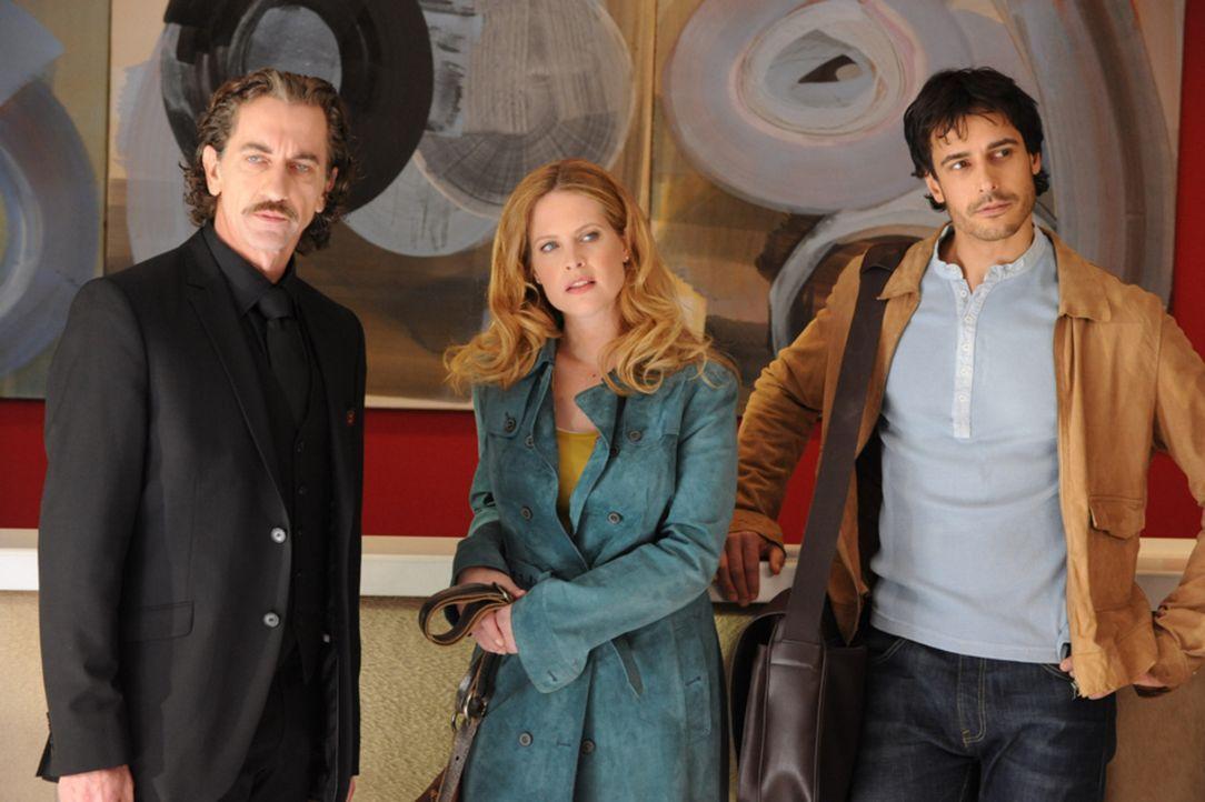 Mit Hilfe des attraktiven Reporters Benjamin Haslinger (Valentin Schreyer, r.) gelingt es Eva (Diana Amft, M.), den Hoteldirektor (Hubert Wolf, r.)... - Bildquelle: SAT.1