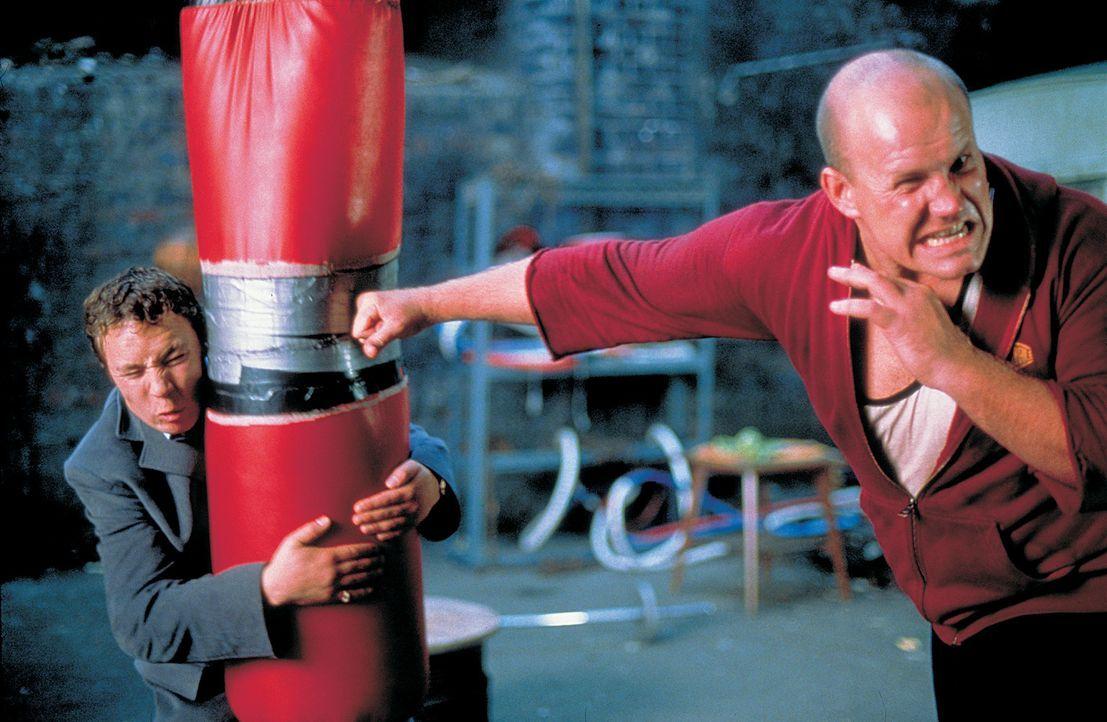 Unglücklicherweise muss Tommy (Stephen Graham, l.) als Georgous (Adam Fogerty, r.) Punchingball herhalten ... - Bildquelle: 2003 Sony Pictures Television International. All Rights Reserved.