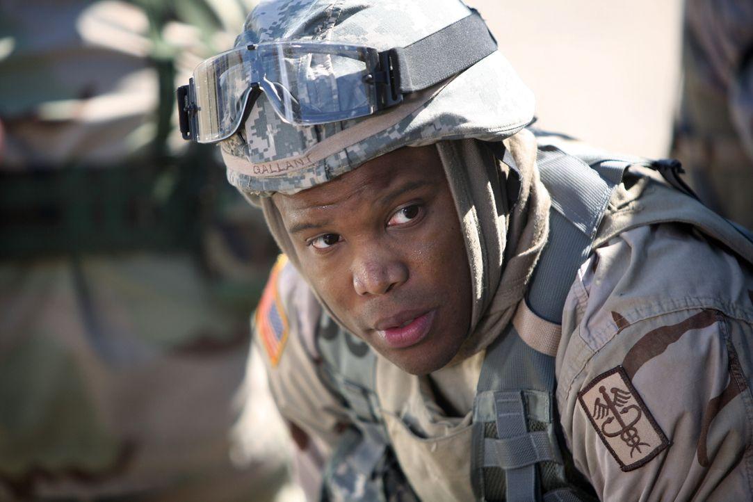 In der Notaufnahme erscheinen zwei Offiziere der US-Armee, Abgesandte aus dem Irak. Sie haben schlechte Nachrichten für Neela, denn Dr. Michael Gall... - Bildquelle: Warner Bros. Television