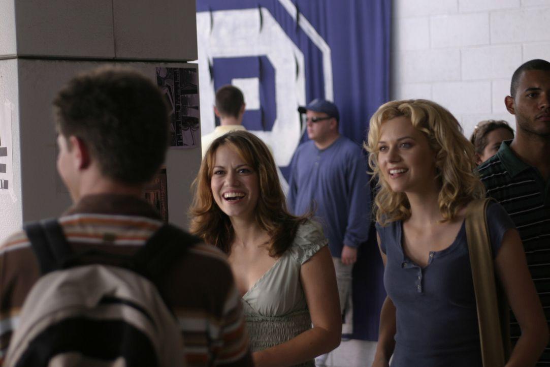 Am College wird es nie langweilig für Peyton (Hilarie Burton, r.), Mouth (Lee Norris, vorne) und Haley (Bethany Joy Galeotti, l.). Der neueste Gesp... - Bildquelle: Warner Bros. Pictures