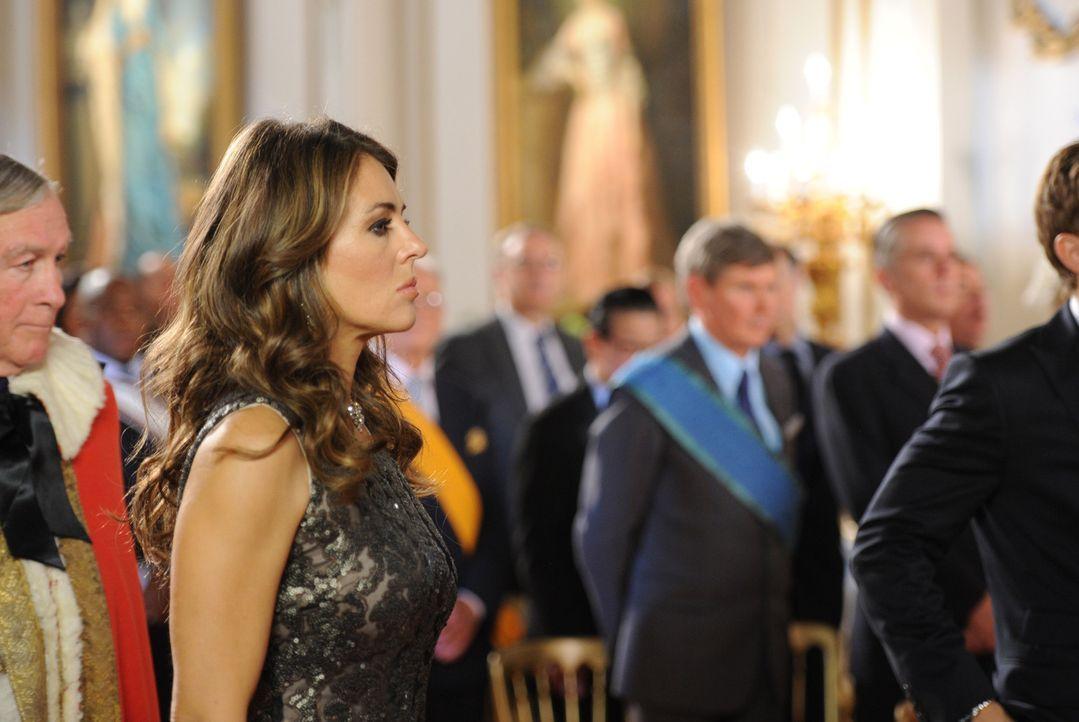 Die Intrigen am Königspalast nehmen kein Ende: Königin Helena (Elizabeth Hurley) .. - Bildquelle: Stuart Wilson 2014 E! Entertainment Media LLC/Lions Gate Television Inc.