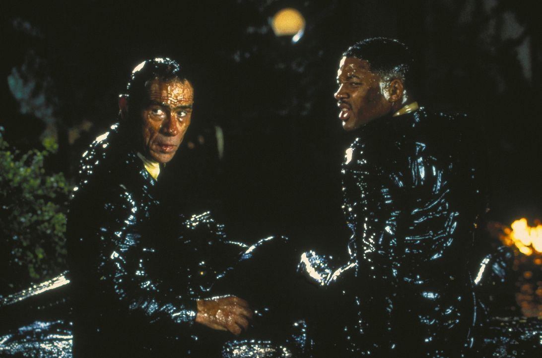 Können die Aliens ausmachen: Agent K (Tommy Lee Jones, l.) und Agent J (Will Smith, r.) ... - Bildquelle: Columbia TriStar