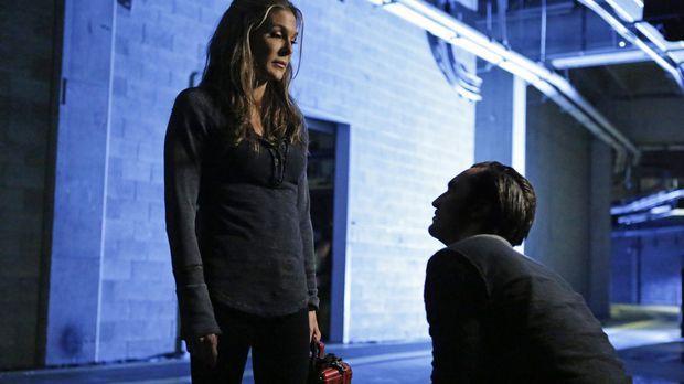 Abigail (Paige Turco, l.) gefällt die Entscheidung, die Clarke für sie und al...
