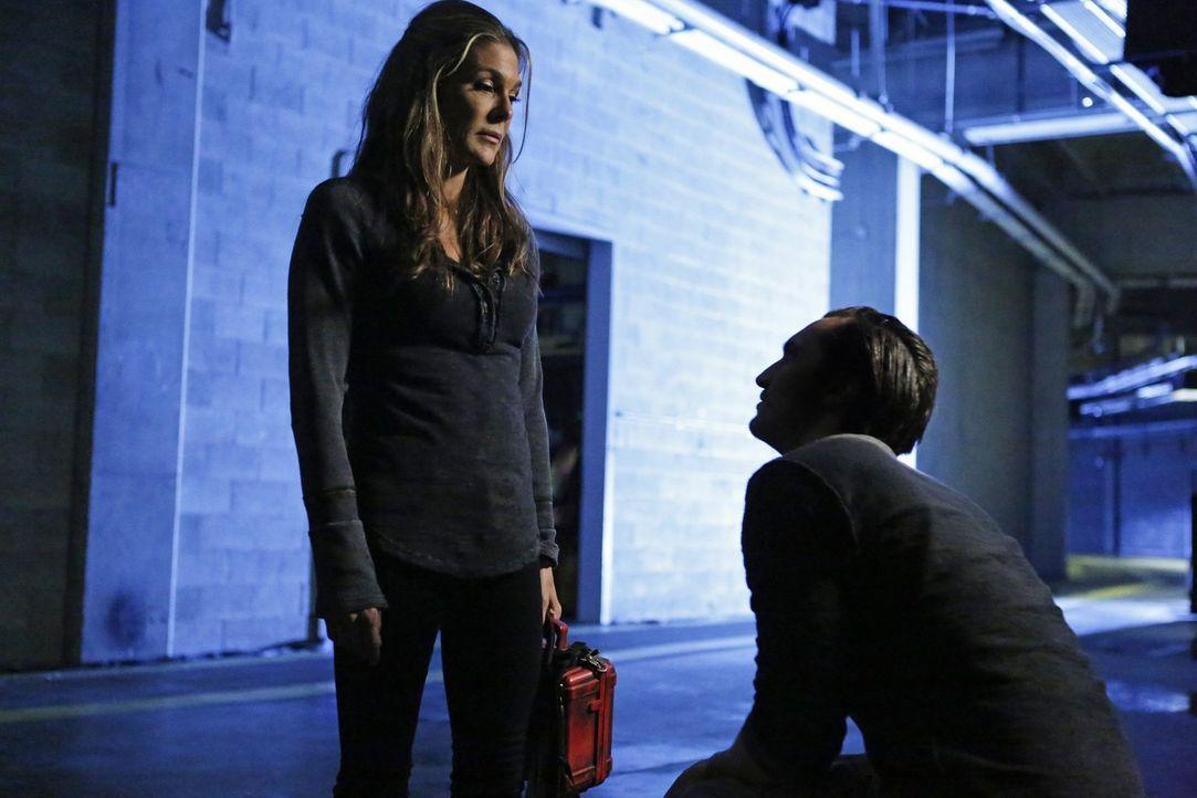 Abigail (Paige Turco, l.) gefällt die Entscheidung, die Clarke für sie und alle anderen Menschen getroffen hat, ganz und gar nicht. Aber wird sie Mu... - Bildquelle: 2016 Warner Brothers